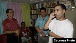 Calixto Ramón Martínez a pocos minutos de ser liberado se reúne con sus colegas de Hablemos Press