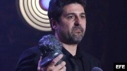 """El director Cesc Gay recibe el Goya al mejor director por su película """"Truman""""."""