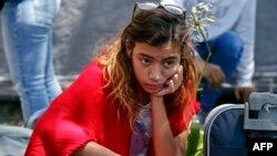 Una niña venezolana arriba a Ecuador con su familia.