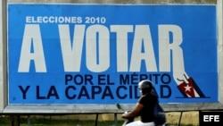 Una mujer pasa frente a un cartel alusivo a las elecciones locales, en La Habana. (Foto EFE/Archivo)