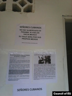 Ni albergues ni vuelos a México, sigan viaje por sus medios, advierte un cartel a los cubanos en la sede de Migración de Puerto Obaldía.