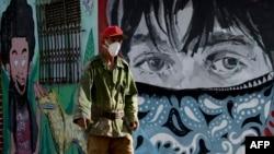 Un hombre se protege del coronavirus con una máscarilla en una calle de La Habana. (YAMIL LAGE / AFP)