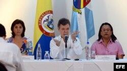 Juan Manuel Santos (c), acompañado por su ministra de Relaciones Exteriores, María Angela Holguín (i), y la gobernadora de San Andrés, Providencia y Santa catalina, Aury Guerrero (d). .