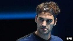El tenista suizo Roger Federer reacciona tras ganar un punto ante el serbio Novak Djokovic.