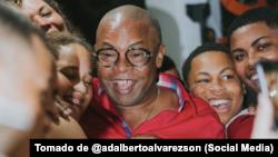 Adalberto Alvarez, El Caballero del Son, rodeado de familiares.