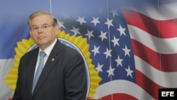 Robert (Bob) Menéndez en una rueda de prensa en San Salvador. Foto Archivo