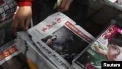 El diario chino Southern Weekly (c) a la venta en un estanquillo en Guangzhou el 10 de enero del 2013.