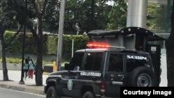 Fuerzas del SEBIN, en las afueras de la torre Zurich, en Caracas. (Foto cortesía)