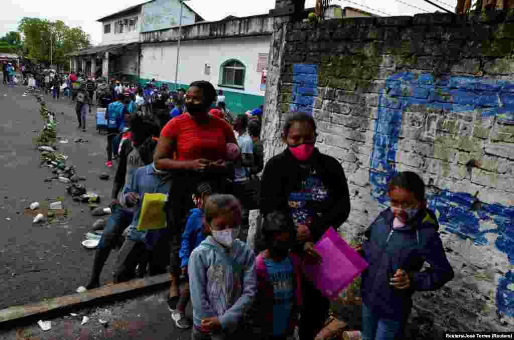 Migrantes de América Central, Haiti y Cuba esperan en las afueras de la Comisión de Asistencia para Refugiados Mexicana (COMAR), por sus siglas en inglés, para aplicar para asilo y estado de refugiado en Tapachula, México el 6 de mayo del 2021.