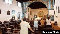 Bancos vacíos: misa en una iglesia católica de Sancti Spíritus, Cuba.