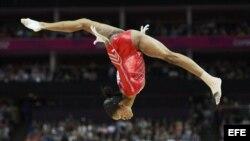La estadounidense Gabrielle Douglas compite en la prueba de barra de equilibrio del campeonato por equipos de gimnasia artística femenina en Londres 2012. EFE/Rolf Vennenbernd