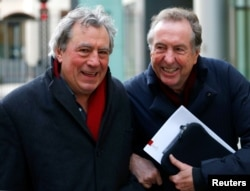 Terry Jones (izq.) y Eric Idle el 4 de diciembre de 2012 en Londres (Foto: Andrew Winning/Reuters).