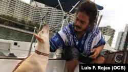 David Berenger, en el velero Lourdes-Emyca junto a su perra Lila, que lo acompaña en la travesía.