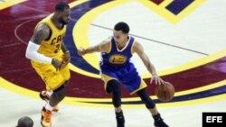 El jugador de Cavaliers LeBron James (i) marca a Stephen Curry (d), de Warriors, el martes 9 de junio de 2015.