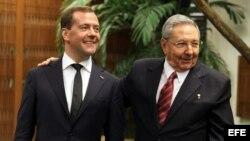 Primer ministro de Rusia Dimitri Medvedev (iz) y Raúl Castro durante la reunión mantenida el 21 de febrero de 2013, en La Habana.