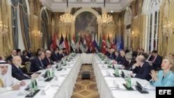 Fotografía facilitada por el Departamento de Estado estadounidense, que muestra al secretario de Estado norteamericano, John Kerry (c), junto a los delegados de una veintena de países durante su reunión en el Hotel Imperial de Viena, Austria, hoy, 30 de o