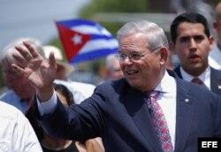 El senador Bob Menéndez durante el 15 desfile anual cubano en North Bergen Nueva Jersey (EE.UU.).
