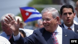 El senador Bob Menendez, durante el 15 desfile anual cubano en North Bergen, Nueva Jersey. Archivo.