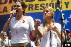 La diputada Maria Corina Machado (i), participa junto a Lilian Tintori (d), esposa del lider opositor Leopoldo López, en una manifestación opositora hoy, sábado 22 de febrero de 2014