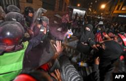 Mujeres y policías enfrentados en México durante manifestación contra violencia de género