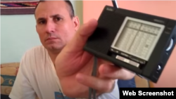 Un radio usado por los cubanos para escuchar transmisiones en onda corta.