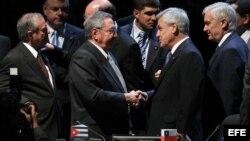 El presidente de Chile, Sebastián Piñera (c d), conversa con Raúl Castro (c i), en la sesión plenaria de la cumbre de la Comunidad de Estados Latinoamericanos y Caribeños (Celac), en Santiago de Chile.