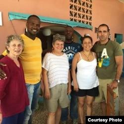 La académica británica Elizabeth Dore (izq.) en Cuba con narradores de su proyecto de historia oral Recuerdos de la Revolución Cubana.