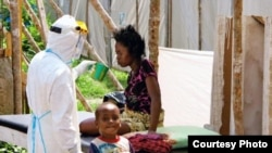 Ayudantes atienden a pacientes de ébola en Sierra Leona.