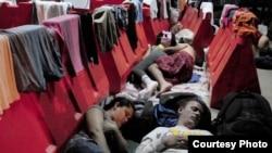 """Migrantes cubanos en un albergue habilitado por el Gobierno de Costa Rica. Foto: """"La Nación""""."""