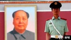 Un policía vigila las entradas y salidas en la plaza de Tiananmen, en Pekín, China.