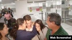 Cubanos procedentes de la isla permanecen retenidos durante horas en el Aeropuerto Internacional de Miami, otros fueron deportados. (Captura imagen/AméricaTeVé)