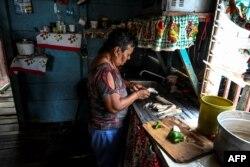 Mujer prepara la primera comida caliente en varios días en el Estado de Zulia, Venezuela