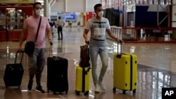 Pasajeros arriban al Aeropuerto Internacional José Martí de La Habana, el domingo, 15 de noviembre. (YAMIL LAGE / AFP)