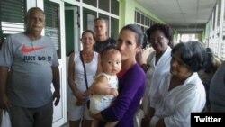 Niala Puentes Batista con su bebé en brazos, junto a otros opositores.