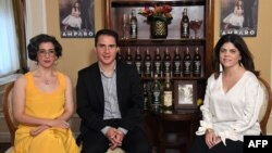"""Vanessa García (Izq.), escritora de la obra """"Amparo"""", junto a Roberto Ramírez, ejecutivo de la firma Bacardí y Paola Arechabala, miembro de la segunda generación de la familia Arechabala. Archivo, 2018."""