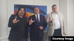 José Ramón García-Hernández (centro), portavoz de Asuntos Exteriores del Partido Popular se reunió con los representantes del MCL Carlos Payá (der.) y Regis Iglesias.
