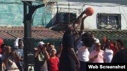 Shaquille O'Neal entrena con niños en un parque de La Habana