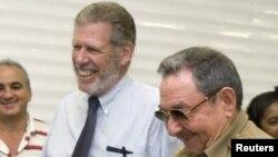 En esta foto del 2007, Ian Delaney, ex presidente de Sherritt International Corp. junto a Raúl Castro.