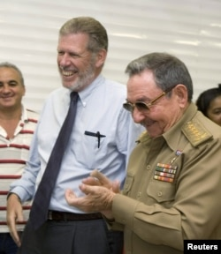 En esta foto del 2007, Ian Delaney, expresidente de Sherritt International Corp., junto a Raúl Castro.