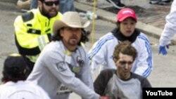 Jeff Bauman es evacuado en una silla de ruedas luego que una de las bombas en el maratón de Boston le segara las dos piernas.