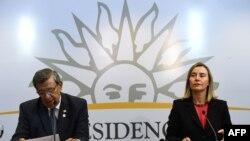 El ministro uruguayo de Relaciones Exteriores, Rodolfo Nin Novoa (I) y la alta representante de la Unión Europea para Asuntos Exteriores y Política de Seguridad, Federica Mogherini, hablan durante una reunión sobre Venezuela en Montevideo.