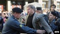 Fotografía de archivo. Policias rusos detienen a opositores en Moscú. EFE/Sergei Chirikov