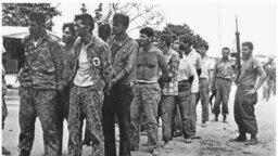 Patriotas cubanos, apresados tras la fracasada invasión por Bahía de Cochinos en abril de 1961.