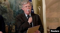 El ex asesor de seguridad nacional, John Bolton, escucha las palabras del presidente Trump sobre Siria en la Casa Blanca, en abril de 2018.
