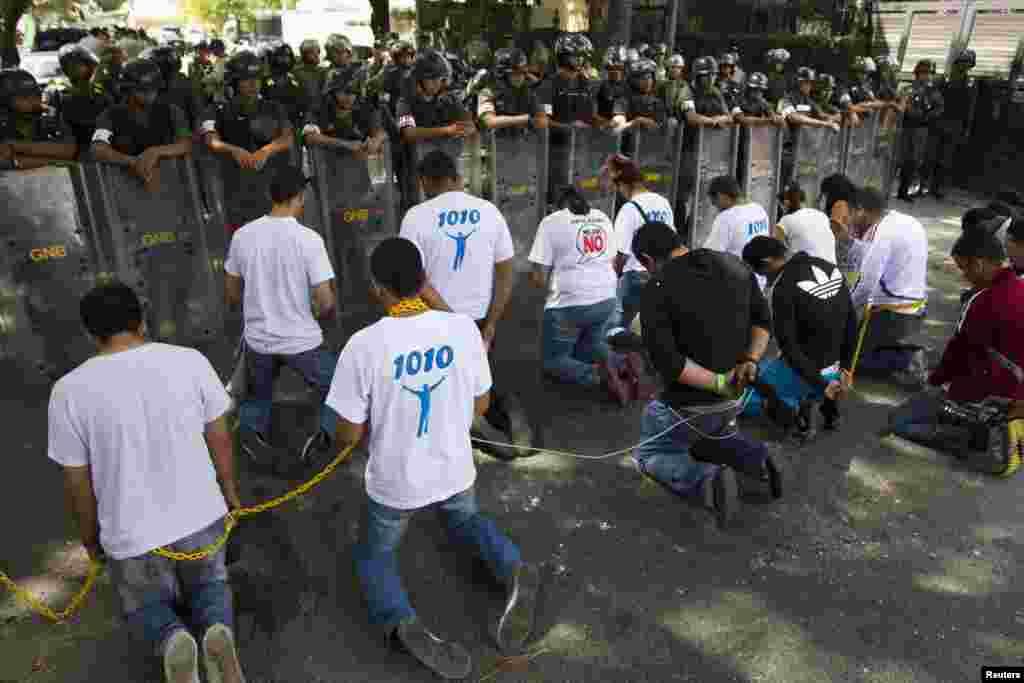 Estudiantes venezolanos protestan frente a la embajada cubana en Caracas, Venezuela.