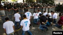Estudiantes venezolanos protestan frente a la embajada cubana en Caracas, Venezuela. Archivo.