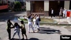 Berta Soler es detenida por la policía política frente a la sede de las Damas de Blanco. (Angel Moya vía Twitter)