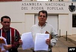 Payá habla a la prensa frente a la Asamblea Nacional, el 18 de diciembre de 2007, tras entregar una carta solicitando la aprobación de dos nuevas leyes: amnistía general para los presos políticos y libertad para salir y regresar al país para todos los cubanos.