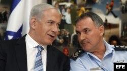 El primer ministro israelí, Benjamín Netanyahu (i), conversa con el jefe de policía israelí, el General Yohanan Danino, durante su visita a la sede de la policía Nacional en Jerusalén, Israel.