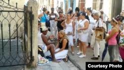 Una adivinadora atiende a una cliente cerca del Santuario de Nuestra Señora de la Merced. (Foto: Mario Hechavarría)